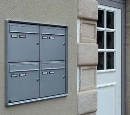 Briefkastenanlage Unterputz mit senkrechten Kästen, mit Verkleidung für Außeneinsatz, Frontentnahme