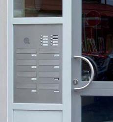 Briefkasten, Briefkastenanlage waagrecht in Haustür-Seitenteil eingebaut