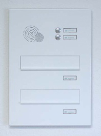 Mauerdurchwurf-Briefkastenanlage mit Frontplatte, Klingeltaster und Sprechsieb