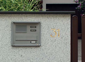 Mauerdurchwurf-Briefkastenanlage mit Frontplatte, Einbaurahmen, Klingeltaster und Sprechsieb